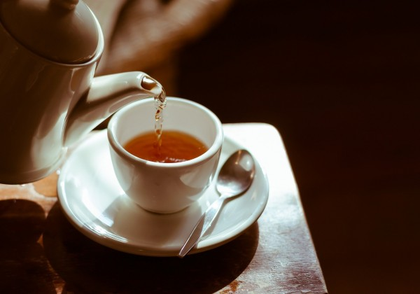 Päť šálok čaju denne pomáha v starobe udržať pozornosť a zlepšuje funkcie mozgu