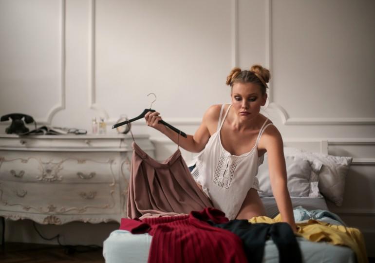 Bez zľutovania: Veci, ktoré si zaslúžia okamžite vyradiť z šatníka