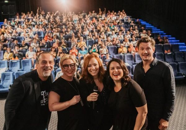 Slováci si zamilovali film Známi neznámi. V metropole východu hercov privítalo 1 000 ľudí